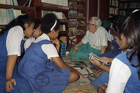 Sr. Kathleen Skenyon in the library with students in American Samoa